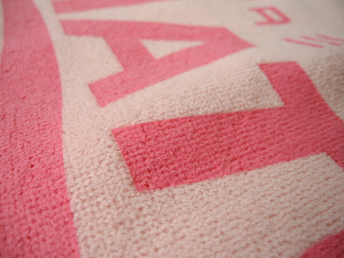 タオル用のインクを使用するのでタオルの糸にしっかり染み込み、柔らかい風合いに仕上がります。ガビガビにはなりません。