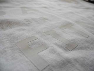 白いTシャツに白いプリント